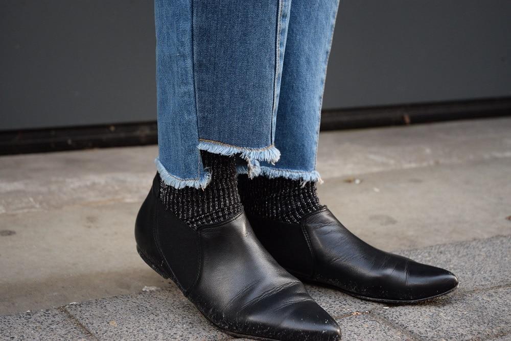 détail jean effilé chaussettes rayées paillettes