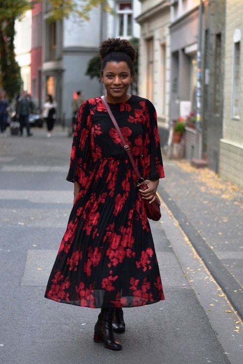 robe grosses fleurs rouges midi plissée