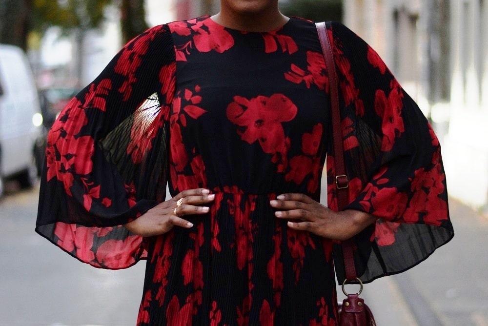robe longue fleurie plissée noire grosses fleurs rouges