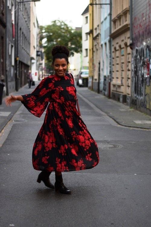robe midi plisée grosses fleurs rouges bottines cuir