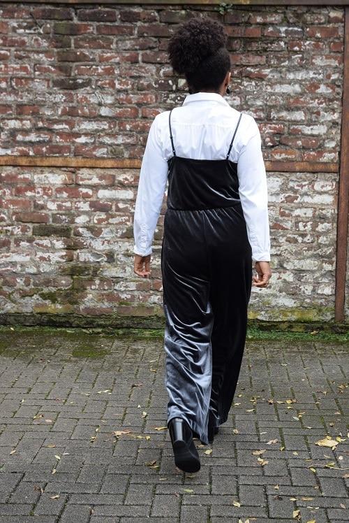 combinaison pantalon en velours au bureau fines bretelles chemise blanche de dos