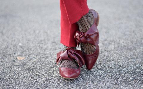 pantalon cigarette rouge chaussettes résille argent ballerines bordeaux