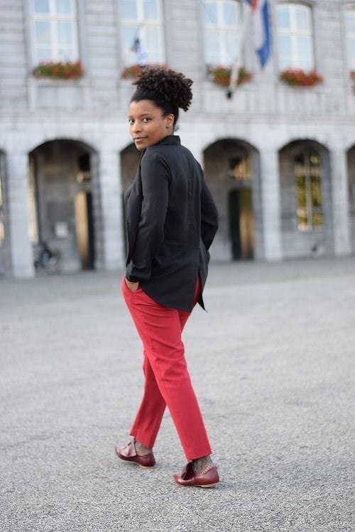pantalon cigarette rouge de dos