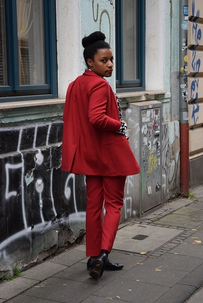attitude working girl en tailleur pantalon rouge
