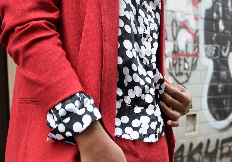 détails tailleur rouge blouse pois