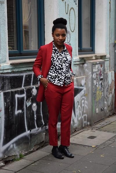 porter un tailleur pantalon rouge au bureau