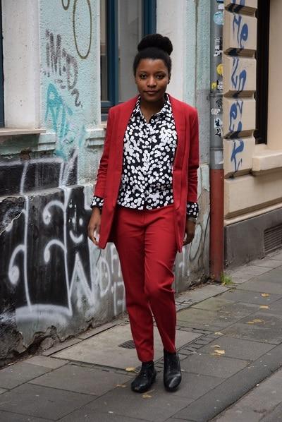 Porter un tailleur pantalon rouge au bureau deadlines - Look bureau femme ...