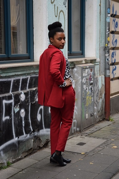 tailleur rouge pantalon chigon blouse chic look working girl