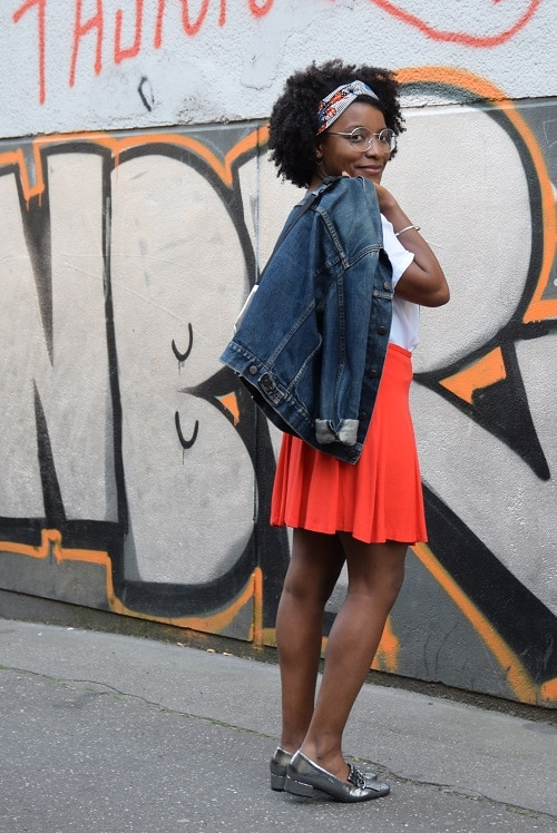 jupe orange top blanc blouson en jean