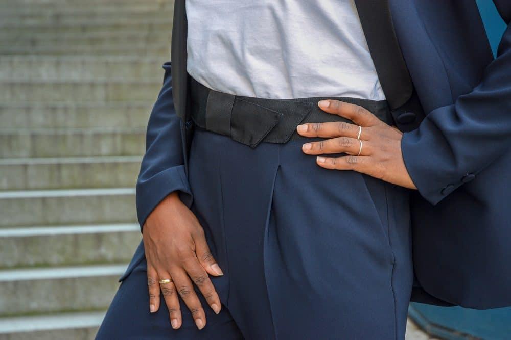 détail ceinture pantalon de tailleur claudie pierlot bleu marine